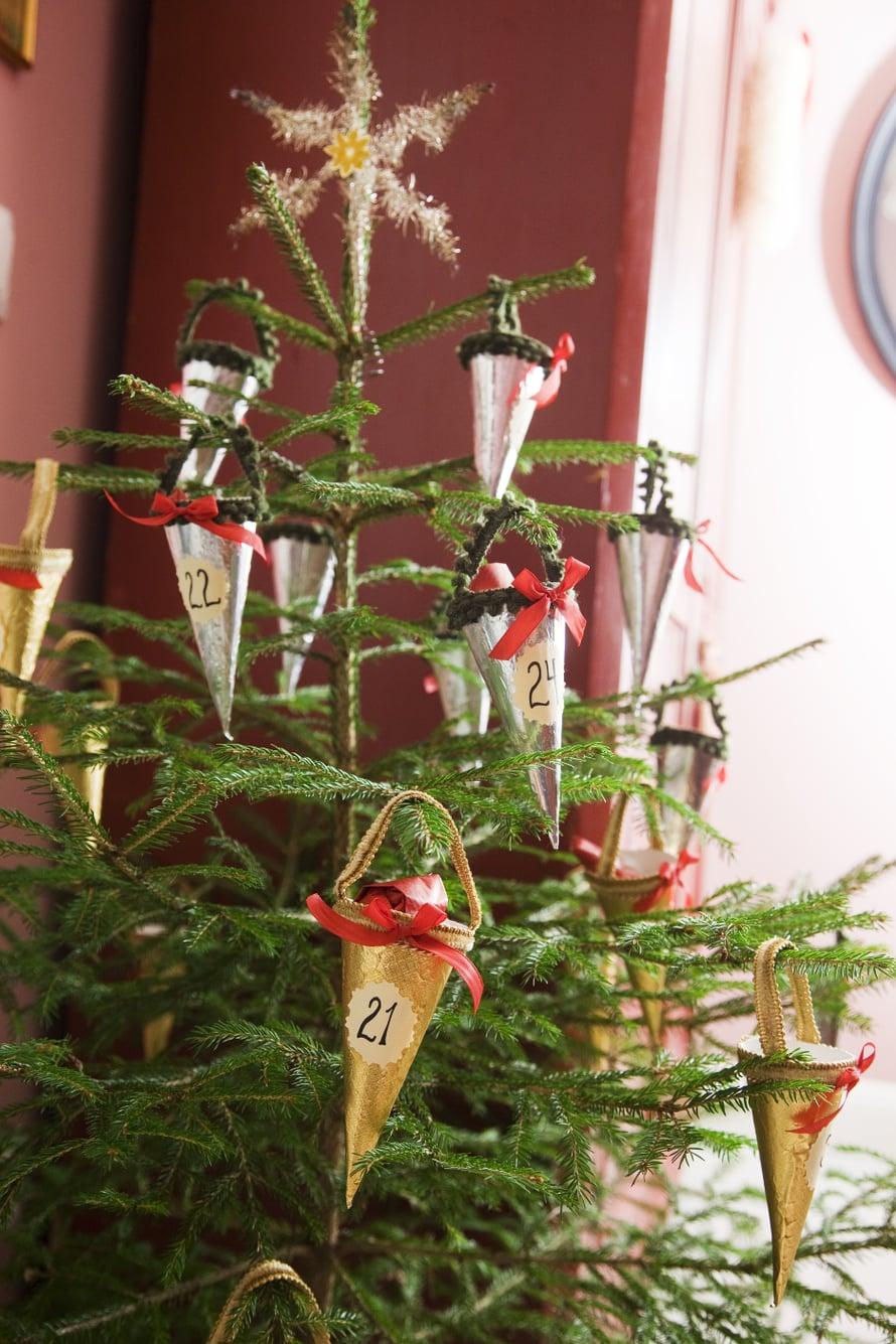 Serafian joulukalenteri on pieni kuusi, johon Piritta askarteli numeroidut tuutit. Tuutteihin ilmestyy tarpeellista pikkutavaraa.