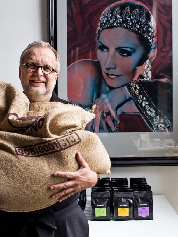 """Valokuvaaja ja itse oppinut kahvinpaahtaja perusti pienpaahtimon ja kahvilan Caffe Obscuran kotiinsa Helsingin Pikku-Huopalahdessa. Kotipaahtimo sijaitsee Wuoren studion takaseinällä. """"Harvassa paahtimossa on näin paljon taidetta"""", Wuori toteaa."""