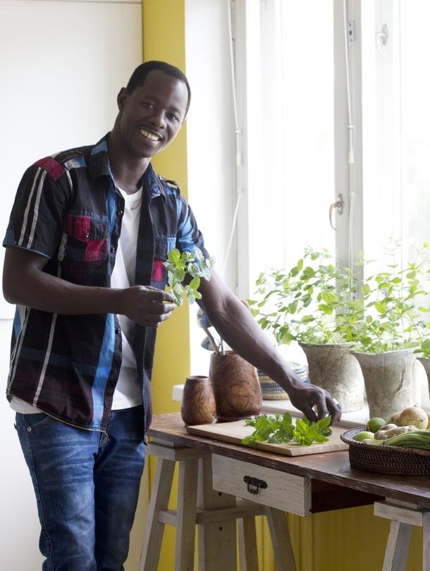26-vuotias helsinkiläinen Ousman Sowe tarjoilee ataya-minttuteetä ystävilleen, sillä se on gambialainen tapa. Hän on asunut Suomessa 1,5 vuotta.