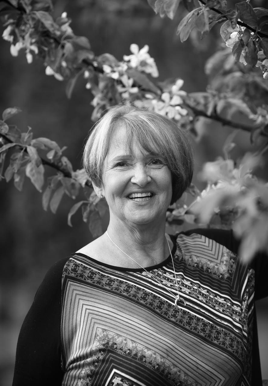 Marianna Wallinheimo on 70-vuotias eläkeläinen ja asuu Jyväskylässä. Sinuhen äiti teki pitkän uran yritysmaailmassa, ensin jääkiekkomailatehdas Torspon talousjohtajana ja toimitusjohtajana, sen jälkeen omassa valaisinyrityksessä nykyisen miehensä kanssa. Mariannan lempiharrastukset ovat uiminen ja pyöräily.