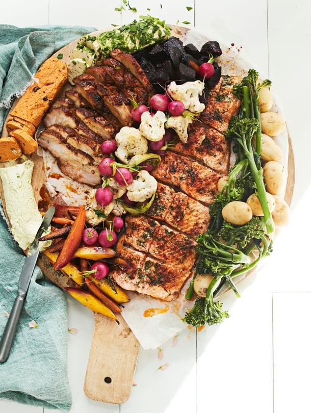 Jos juhlijoiden joukossa ei ole allergisia, tarjoa paahdettu liha, kasvikset ja kala samalta leikkuulaudalta.