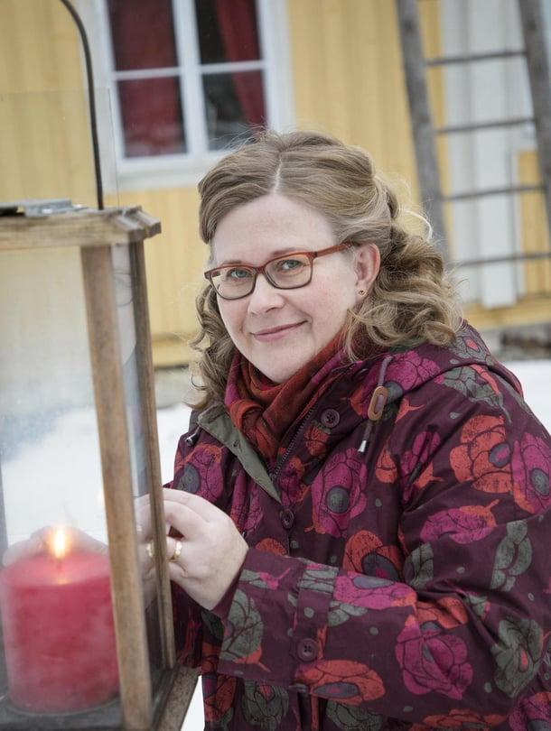 Piia Vähäsalo, 45, aloitti uuden elämän yrittäjänä, kun joutui luopumaan vanhasta työstään. Hän asuu miehensä Pasin ja poikansa Ossin, 12, kanssa liki satavuotiaassa talossa Kalajoella. Piia on myös pelargonisti eli harrastaa pelargoneja ja kerää erityisesti 1800-luvun lajikkeita.