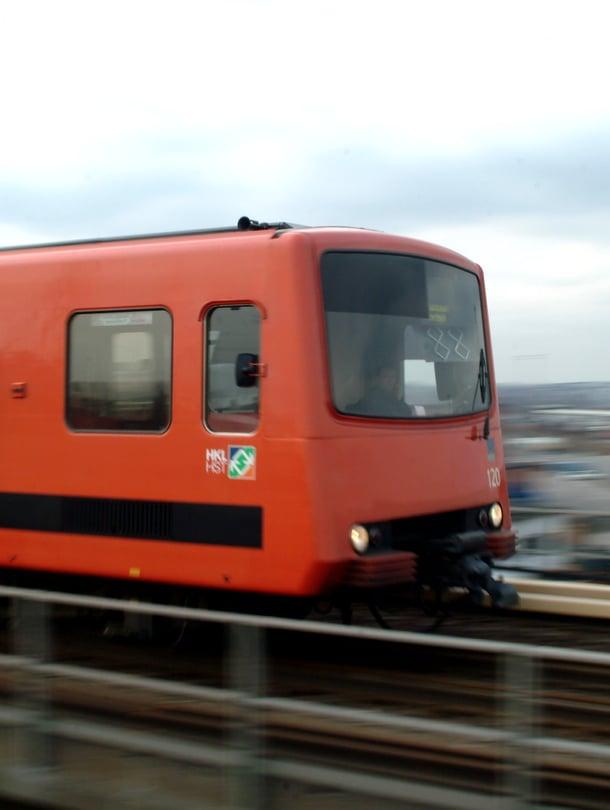Idässä metro kulkee pääosin maan päällä, mutta lännessä se sukeltaa pitkään, pitkään tunneliin. Tunnelista pääsee pois erinäisiä liukuportaita pitkin.