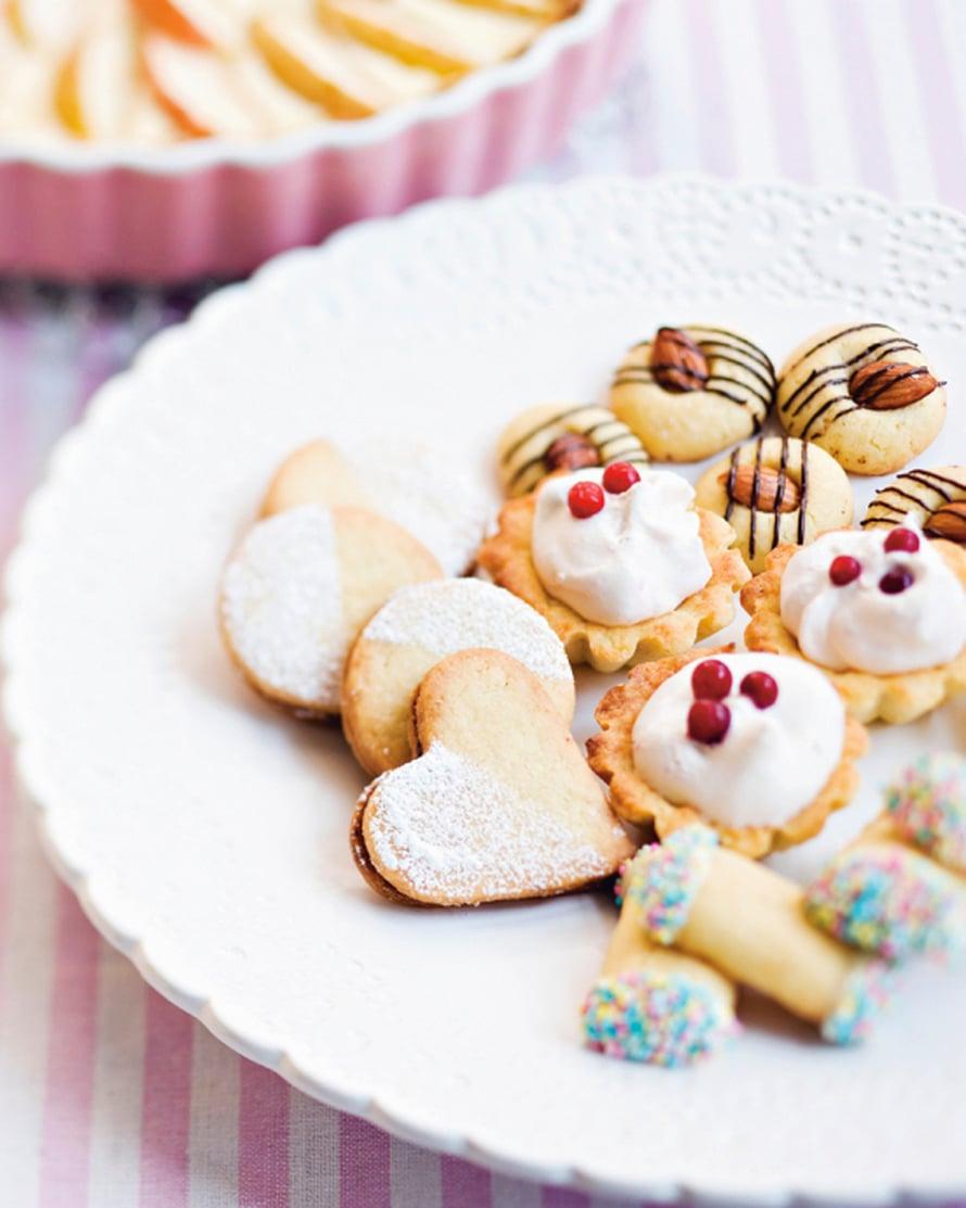 Koristele jäähtyneinä. Kasta sulaan suklaaseen ja nonparelleihin tai pursota suklaasulaa pikkuleipien päälle.