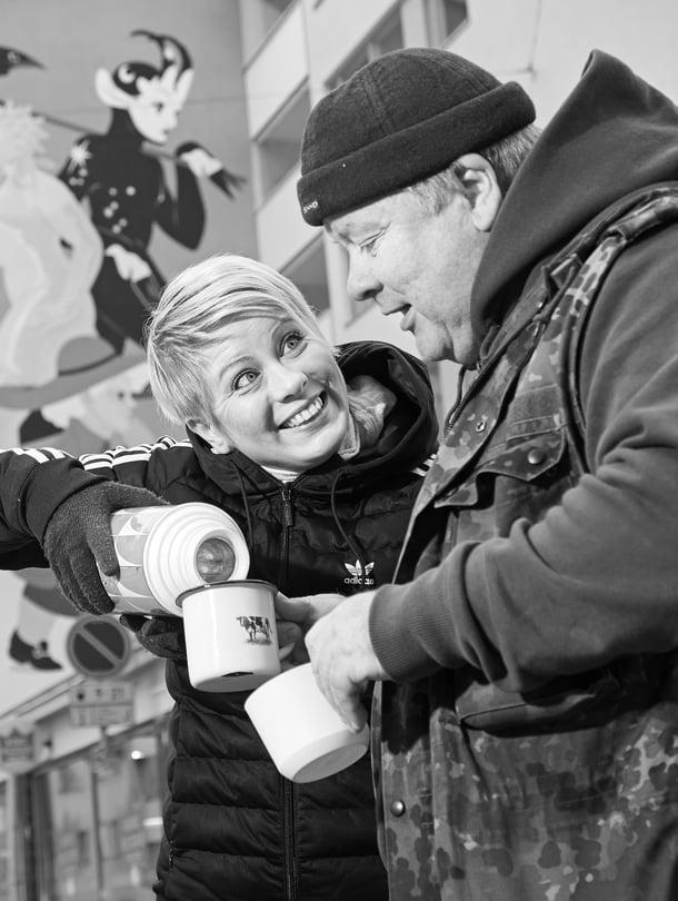 Sini Hursti ja hänen isänsä Heikki auttavat vähävaraisia Helsingissä. Hurstinavun ruoka- ja vaatejonoissa käy viikoittain tuhansia ihmisiä.