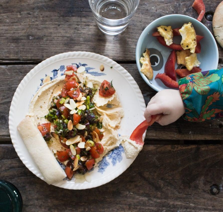 Hummus toimii arkipöydässäkin ja siihen voi lisätä haluamiaan tilpehöörejä tai dipata vihanneksia suoraan hummuspurkkiinkin. Laitoin omaamme täkyiksi kirsikkatomaatteja, jotka ovat Alfan suosikkivihannes. Taatelit eivät sitten maistuneetkaan vauvalle ollenkaan ja niitä saatiin kaivaa veitsellä ruokapöydän rakojen välistä.