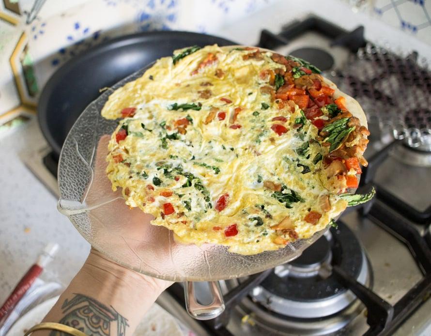 Käännä valmis tortilla lautaselle lättypuoli alaspäin, taita kahtia ja tarjoile.