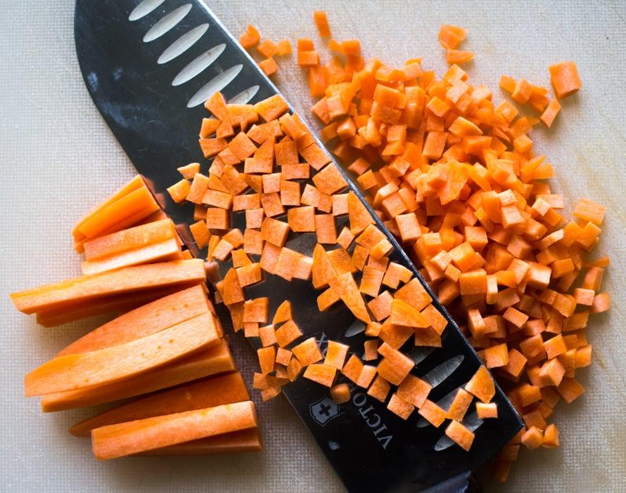 Remouladessa tärkein työvaihe on kuutioida ainekset pieniksi. Leikkaa porkkanat ja kurkut ensin alle puolen sentin paksuiksi tikuiksi ja tikut edelleen poikittain pieniksi kuutioiksi. Pehmeät kaprikset ja kantarellit on helppo ihan vaan hienontaa pienenpieniksi vapaalla tyylillä.