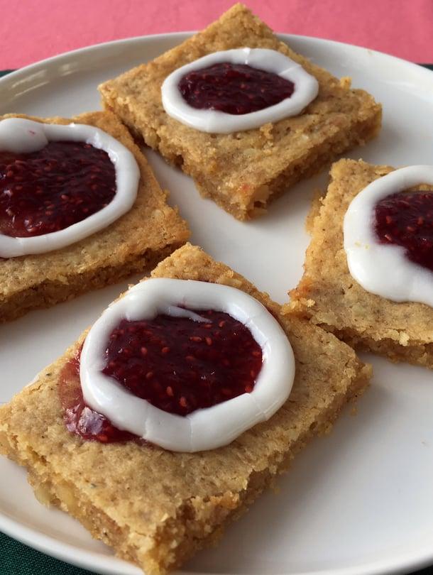 Peltirunebergin voi leikata leivosneliöiksi tai pieniksi suuhun sopiviksi paloiksi.