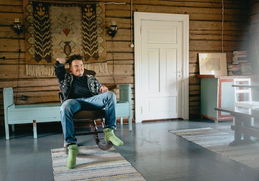 Tässä kiikkustuolissa Antti istui pienenä isän sylissä, kun lauantai-iltaisin katsottiin yhdessä Napakymppiä. Lautasella oli vaniljajäätelöä ja ananasrengas, joskus myös kinuskikastiketta.
