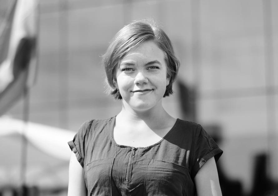 Jaana Tiiri, 22, on vammaisaktivisti ja sosiaalialan opiskelija, joka asuu aviomiehensä kanssa Helsingissä. Hän puhuu vammaisten ja vähemmistöryhmien seksuaalisuudesta. Jaanalla on vauvana diagnosoitu AMC eli synnynnäinen niveljäykistymä, joka vaikuttaa käsien asentoihin.
