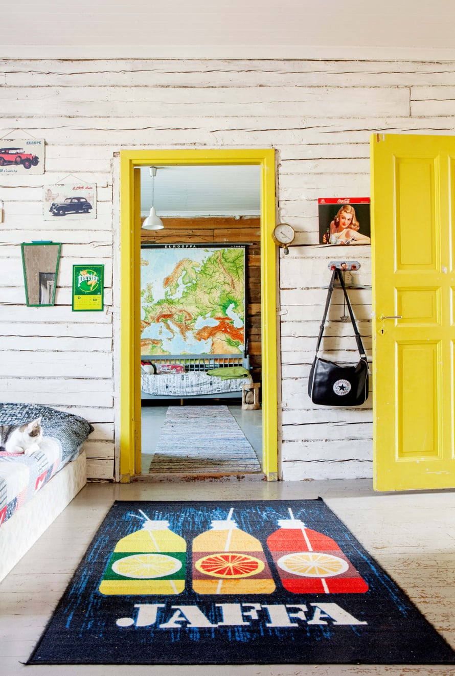 Yläkerta on perheen teinien valtakuntaa. Ovien keltainen väri on tuskin alkuperäinen mutta vuosikymmeniä vanha joka tapauksessa. Micaelin huoneesta avautuu komea näky Cristoferin huoneeseen. Kartta on hankittu kouluhuutokaupasta.