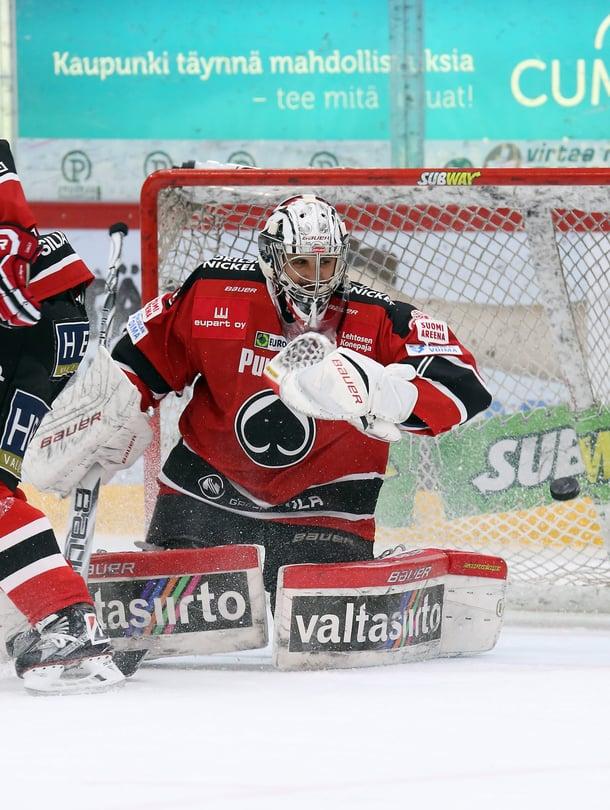 Nyt finaalissa pelaava HIFK kohtasi Ässät Porissa tammikuussa. Maalissa pelasi silloin Andreas Bernard. Ässien maalilaulu on Patasydän.