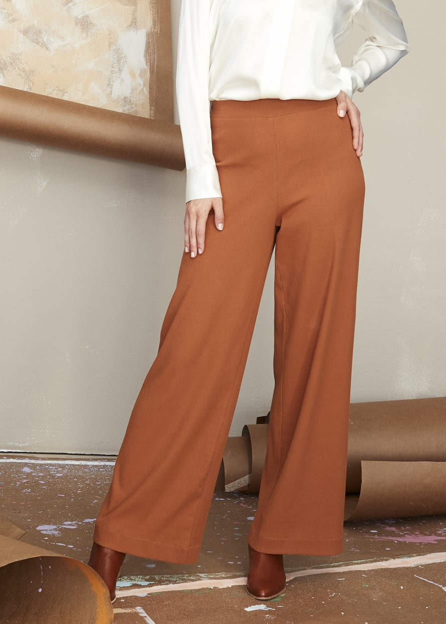 5 Leveälahkeiset housut