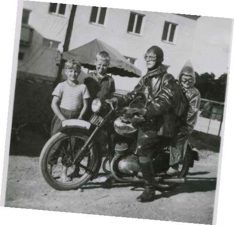 Leila Peltonen kertoo näyttelyssä esimerkiksi siitä, kuinka pääsi 11-vuotiaana isän moottoripyörän kyytiin. Kypäristä ei siihen aikaan paljon piitattu.