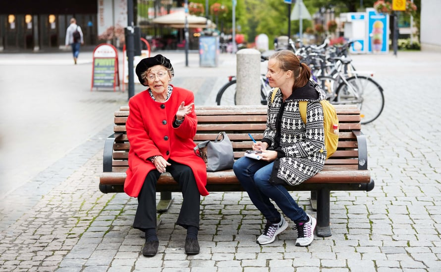 """""""Ostin äsken hopeisen kaulakorun syntymäpäivälahjaksi viisivuotiaalle tyttärenpojantyttärelleni. Tunsin itseni niin rikkaaksi ja onnelliseksi, vaikka koru maksoi vain 15 euroa"""", Ritva Helkilinna, 82, sanoo. Vieressä toimittaja Anna Sillanpää."""