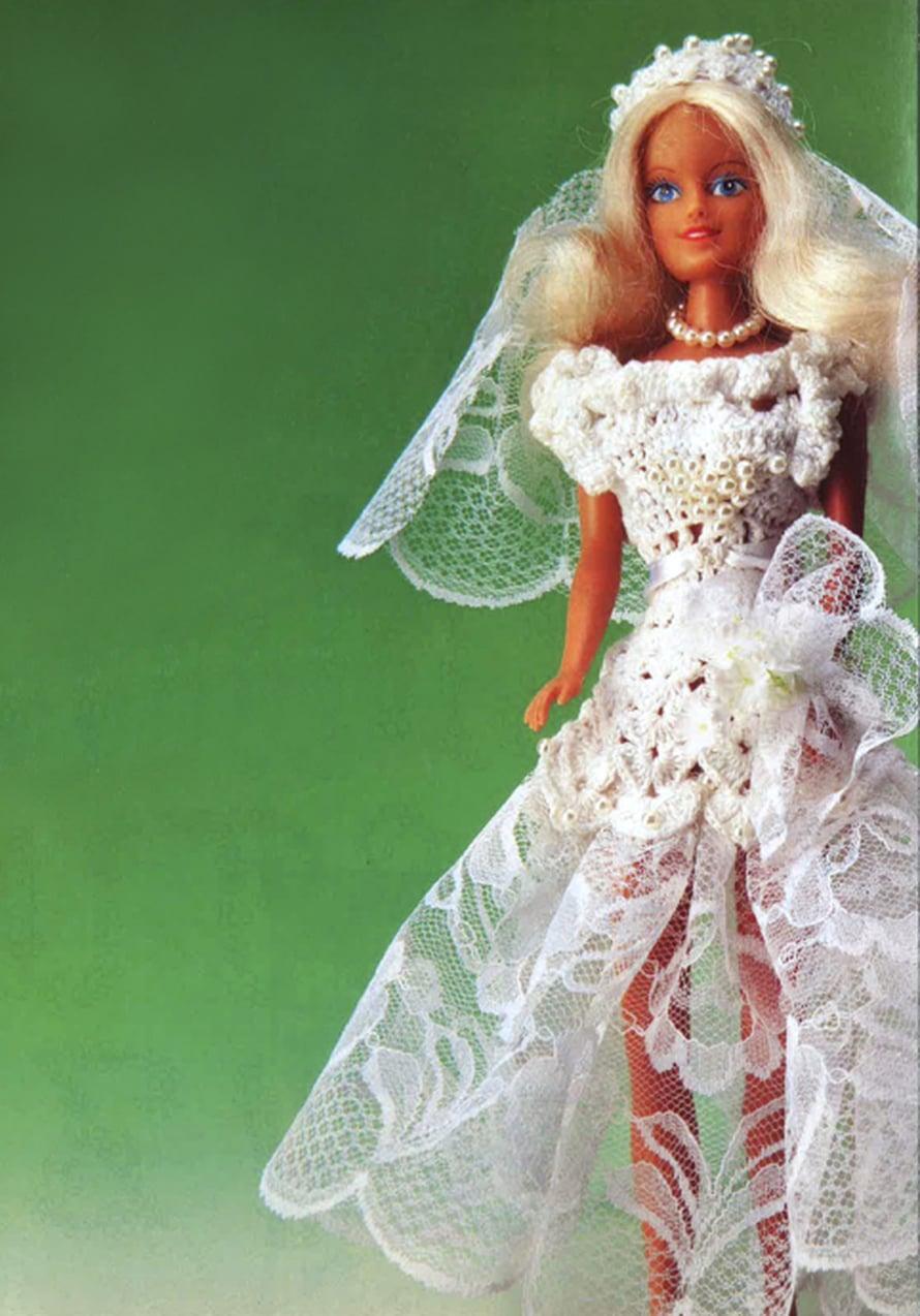 """Barbie menee naimisiin! Hän sanoo """"tahdon"""" virkatussa asussa, joka koristellaan pitsein ja helmin. Ohje on lehdessä 5/1991."""