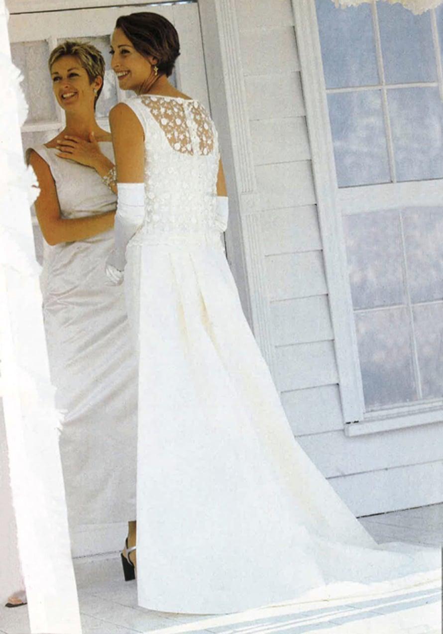 Vuoden 2000 hääpuvussa on katsottavaa myös takana. Pitsitopissa on suloinen silmunapitus ja upea laahus, joka kiinnitetään puvun vyötärölle napeilla.