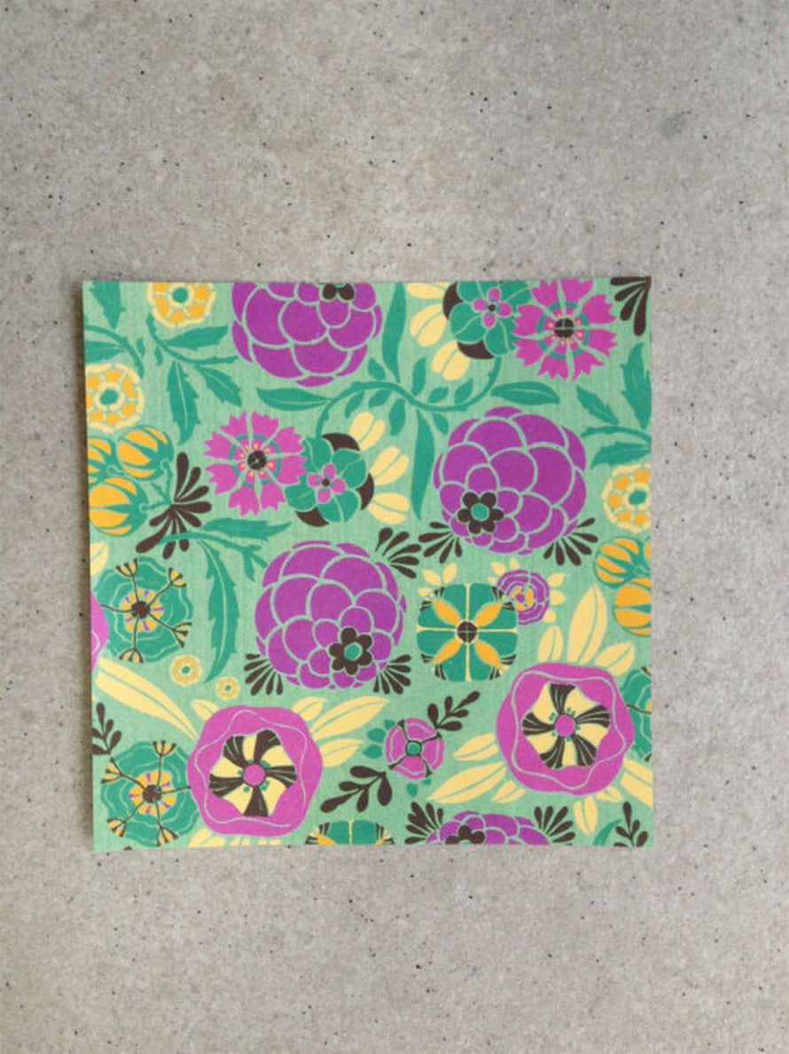 Leikkaa paperista kahdeksan 10 x 10 cm:n kokoista neliötä.