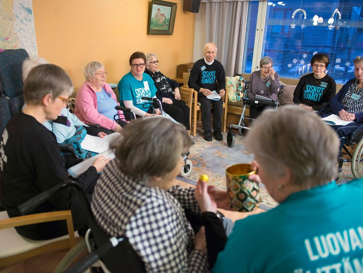 Eero Väisänen (keskellä) oli mukana lauluillassa Jampan palvelutalossa.  Vanhukset muistivat ulkoa vanhojen  tangojen sanoja.