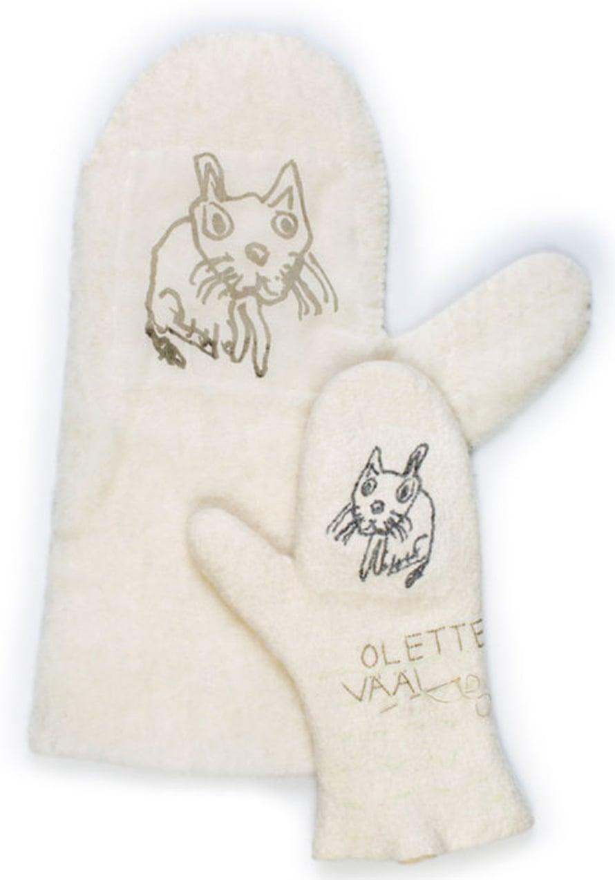 Lapsen piirtämä kissa on painettu monotypia-tekniikalla silkille ja silkki on huovutettu lapasiin.