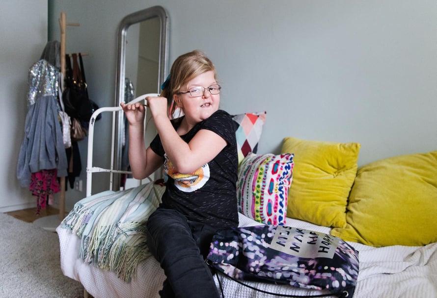 Minja-Maija halusi cheerleading-treeneihin rusetin tukkaan, vaikka se onkin hankala kuperkeikkaa tehdessä.