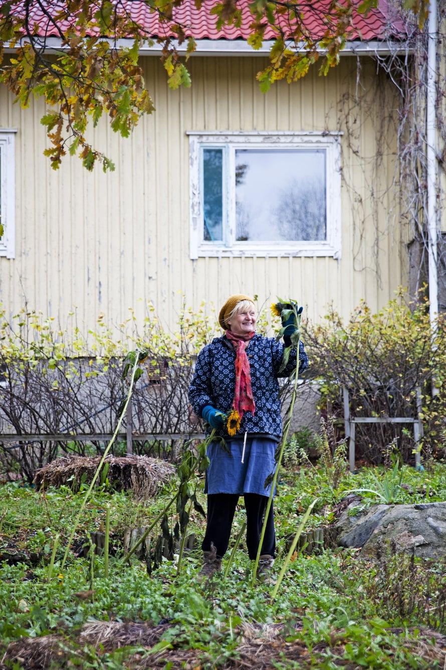Rita Kreivi nauttii vanhan koulun puutarhan hoidosta. Hengelliset arvot ovat Ritalle tärkeitä. Livonsaaren kylässä eri tavoin ajattelevien ihmisten rinnakkaiselo on rikkautta.
