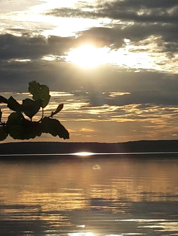 """""""Vietimme juhannusta Kuhmalahden Längelmävedellä saaressa kahden ystäväpariskunnan kanssa - hyvää ruokaa syöden ja kauniita maisemia katsellen. Niin kuin aikaisempinakin juhannuksina on ollut tapana."""" – Ystävät kuuluvat elämäämme"""