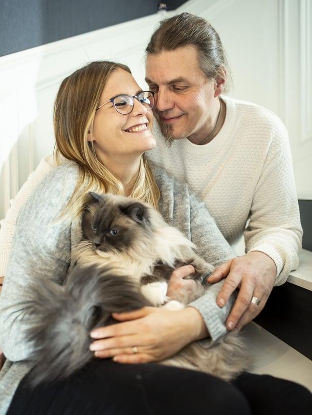 """Sini Kaapro-Lindenberg ja Peter """"Pete"""" Lindenberg ovat olleet yhdessä vajaat kuusi vuotta, naimisissa vuoden. He asuvat puutalossa Äänekoskella, ja heillä on kissat Matti ja Teppo. Sini on sosiaalialalla, Pete on huoltoasentaja. He harrastavat yhdessä retkeilyä."""