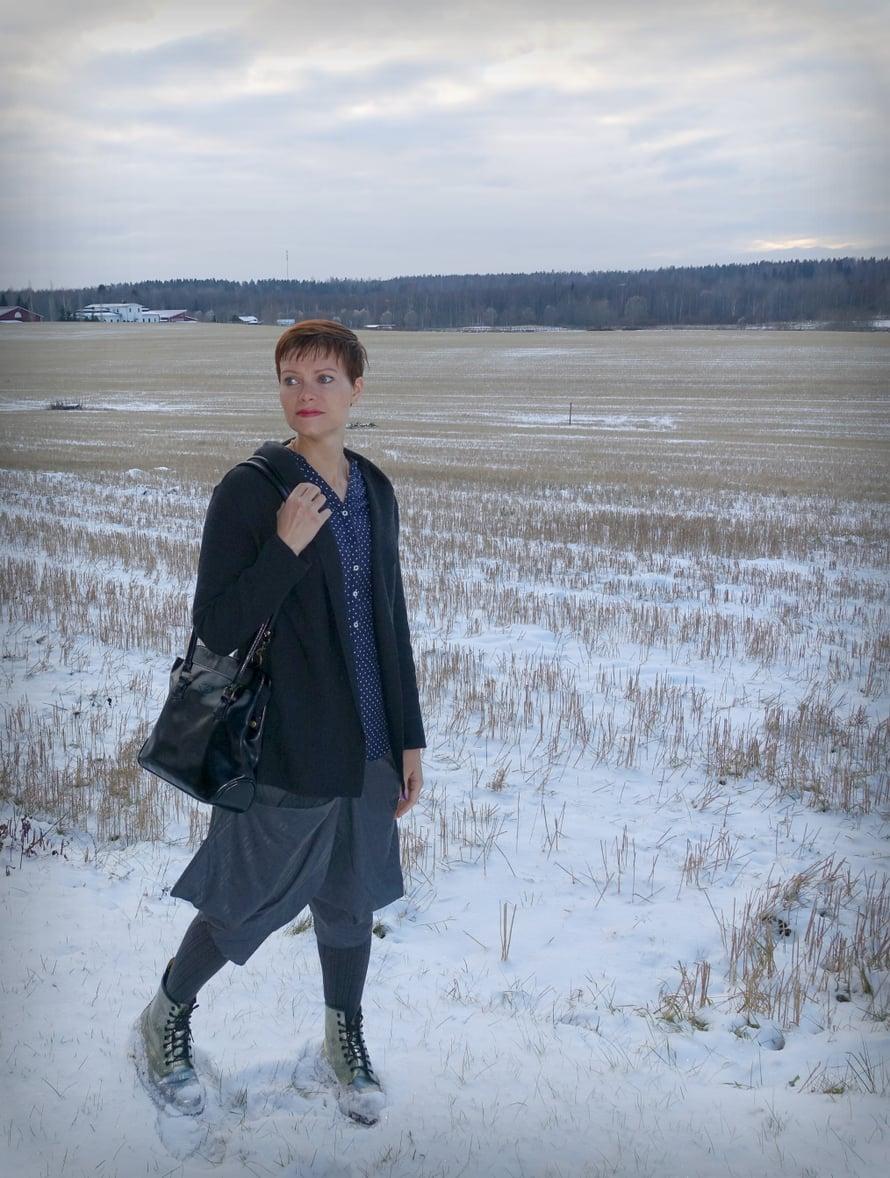 // Muut vaatteet samat kuin ylläolevassa kuvassa paitsi Anne Linnomaa -neuletakki ostettu käytettynä huuto.netistä. //