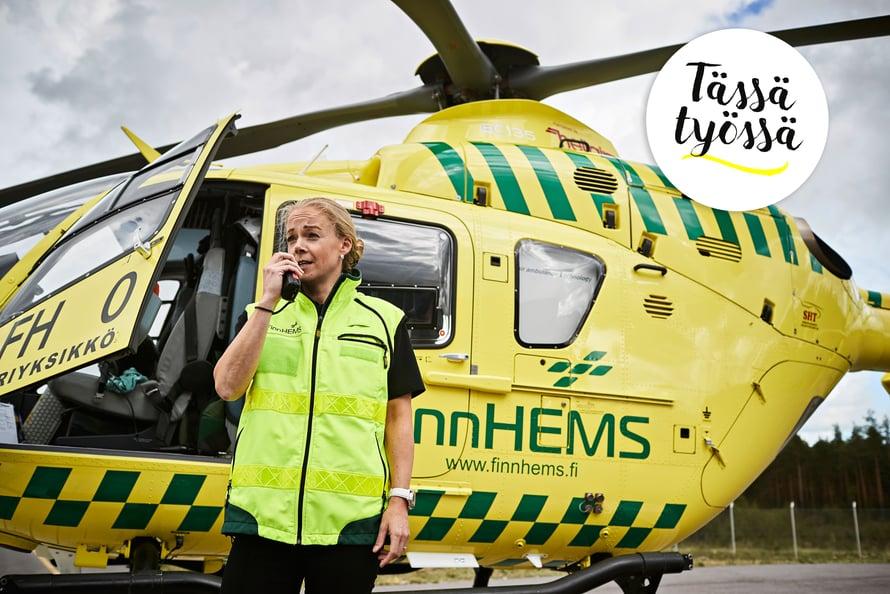 """Radiopuhelin on yksi ensihoitolääkäri Susanne Ångermanin tärkeimmistä työvälineistä. """"Muita tärkeimpiä työvälineitä ovat taskukokoinen ultraäänilaite ja videolaryngoskooppi, jota käytän, kun avaan potilaan hengitystiet."""""""