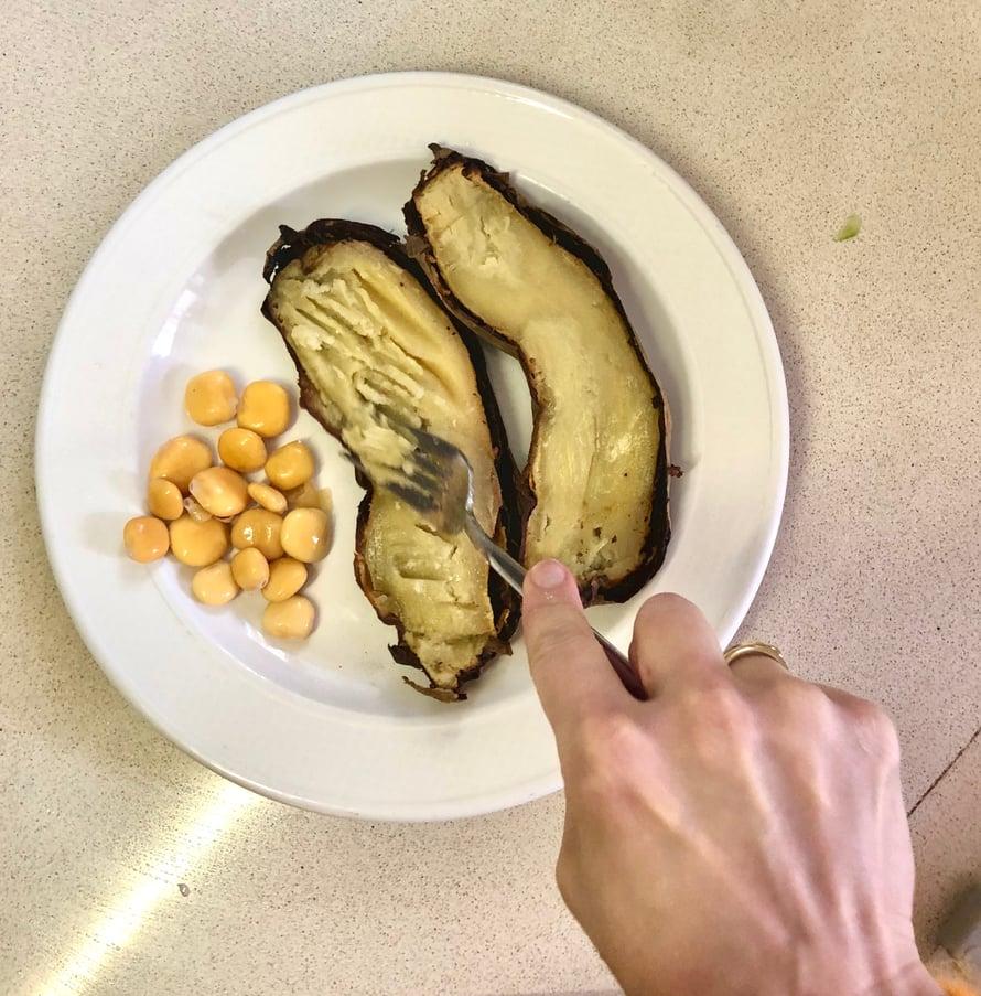 Muussaa bataattia vähän ennen salaatin lisäämistä, jotta taideretriittisalaatin mehukas marinadi maustaa myös bataatin.