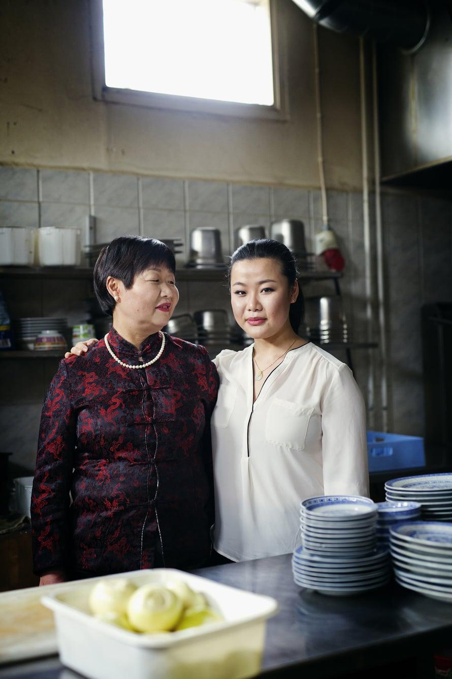Zheng Zhihua (vas.) on ylpeä  perheen Lily-ravintolassa käytettävistä itse kasvatetuista kasviksista. Jiajia Wu on ylpeä äidistään.