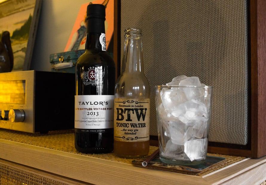 Tässä drinkkini tekotarpeet: portviiniä, tonic-vettä sekä kukkurallinen lasi jäitä.