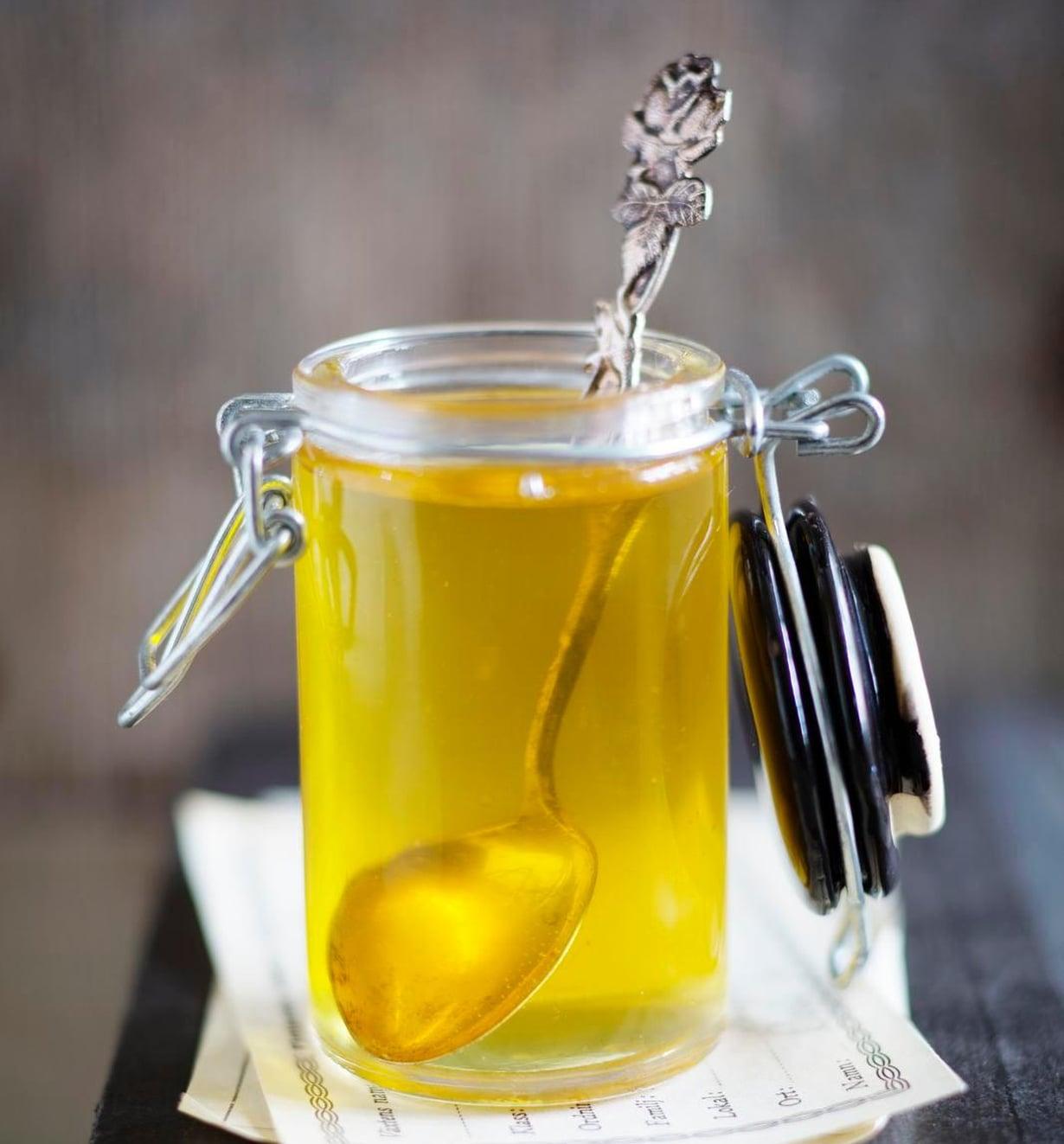 Voikukkasiirappia voi käyttää hunajan tapaan ruokien ja leivonnaisten makeuttajana. Se maistuu sellaisenaan myös esimerkiksi lettujen päällä.