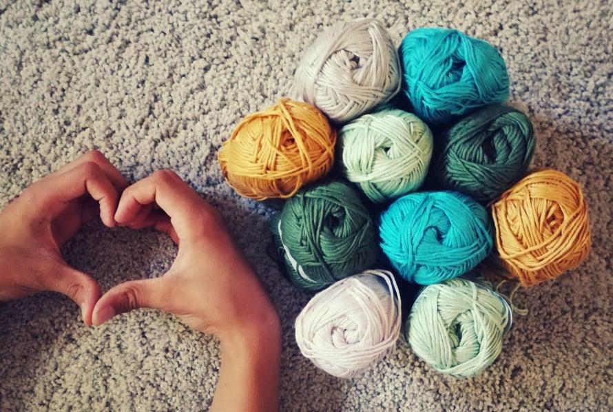 Tämän kuvan Hanna otti Käsitöitä saattohoitopotilaille -Facebook-ryhmän kansikuvaksi. Siinä on kaikki tärkeä: villalangat ja rakkaus.