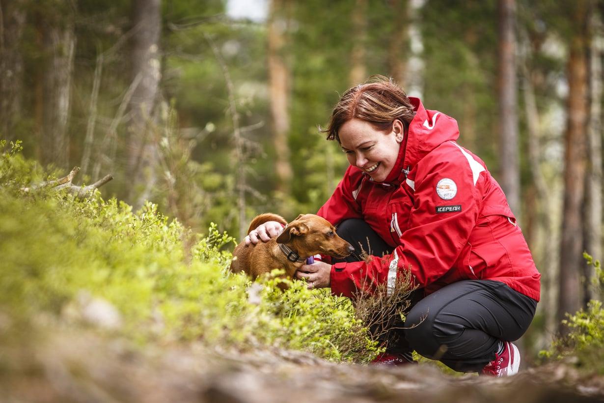 Omaishoitaja Heidi Tujunen, 37, ja mäyräkoira-kääpiöpinseri Daisy, 3, Lappeenrannasta. Heidi ja hänen poikansa Veeti ovat vuodattaneet Daisyn turkkiin monta kyyneltä. Koira ei ole kysellyt, miksi.