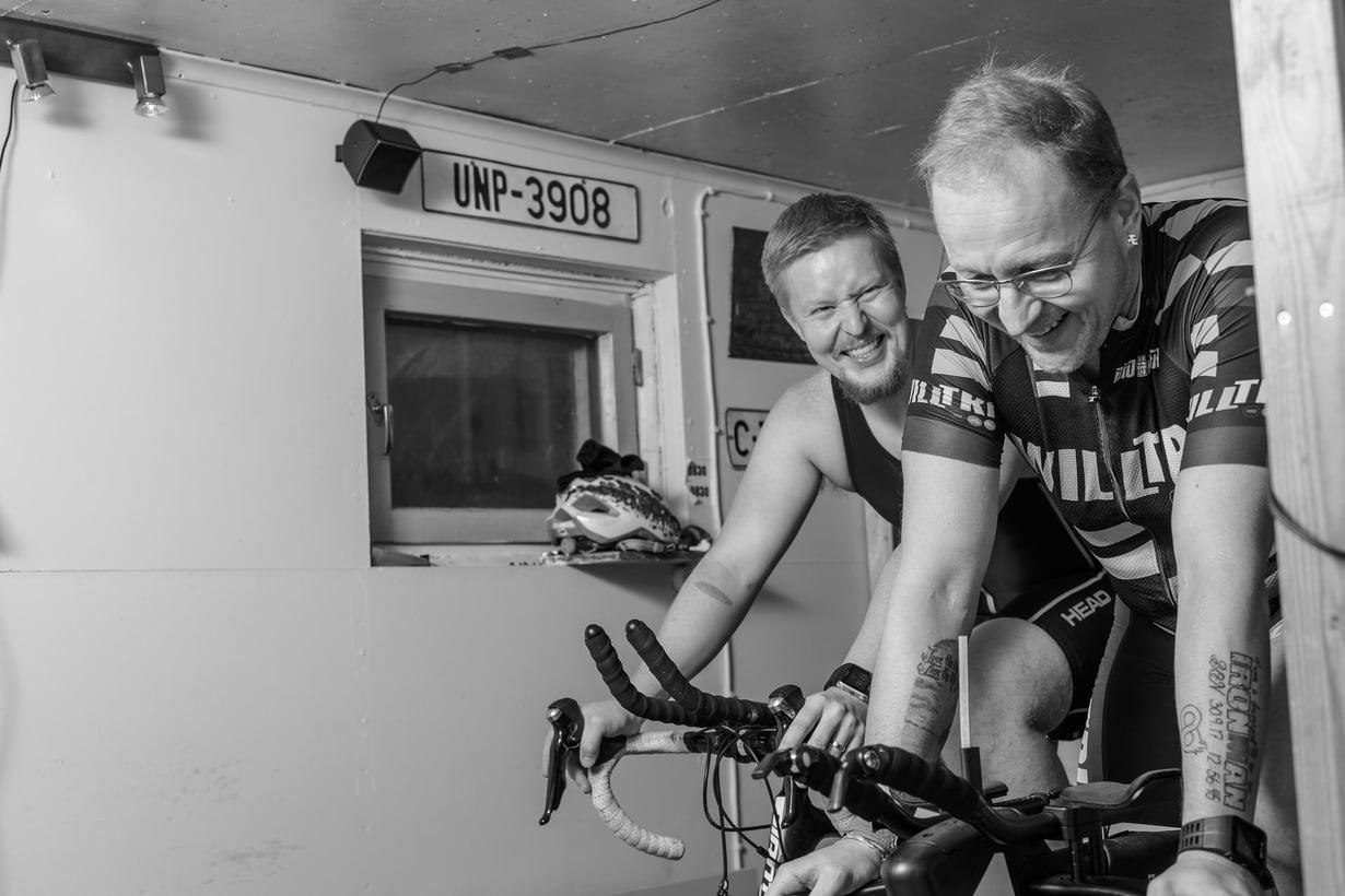 """Jari ja Aki Lottonen, isä ja poika, treenaavat nykyään yhdessä. """"Kun olimme maratonilla Tukholmassa, osoittelin juostessa pojalle puistoja, joissa olin ryypännyt, ja rappukäytäviä, joissa olin nukkunut"""", Aki kertoo."""