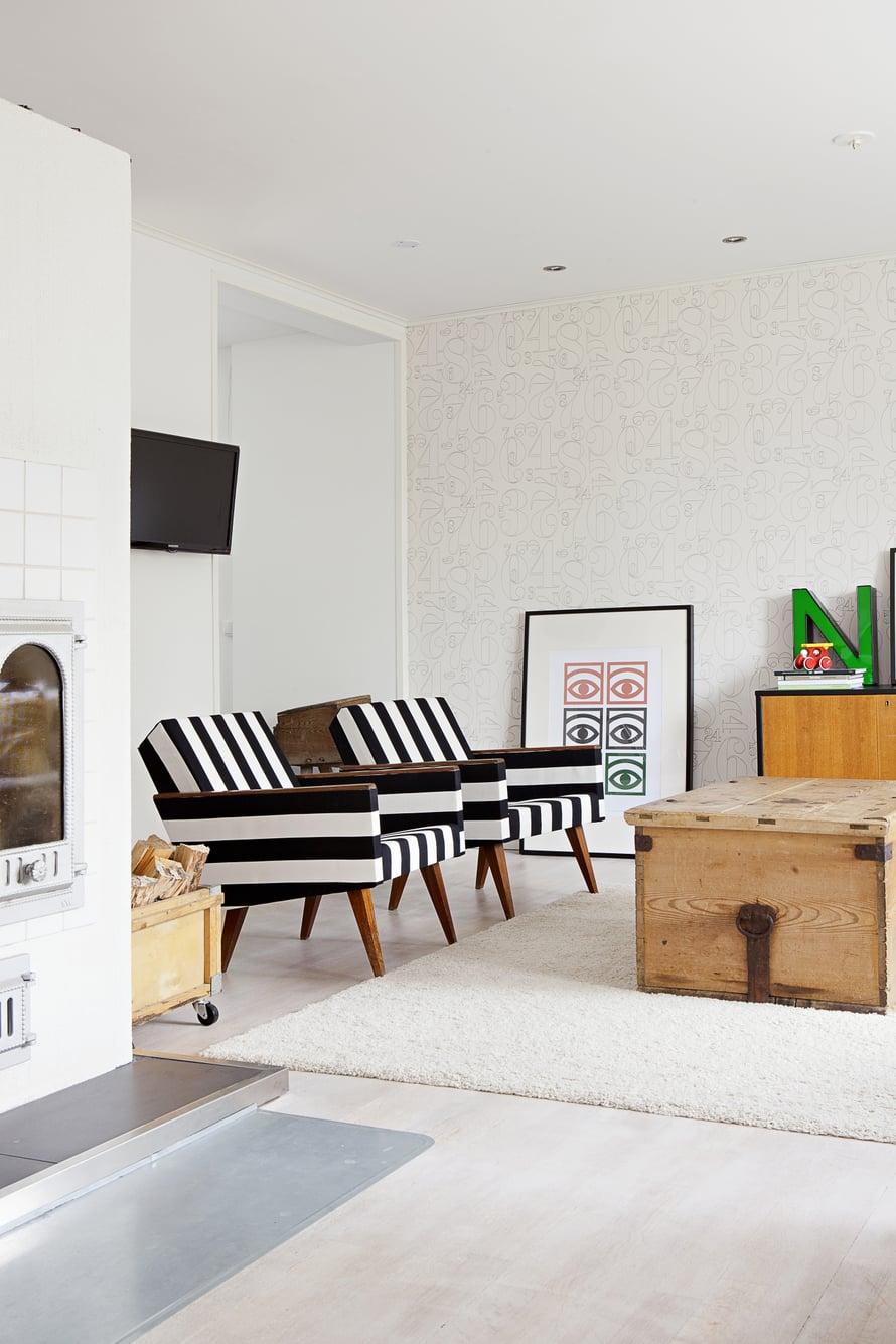 Suvin mummin  vanhat nojatuolit saivat reippaan  raidallisen verhoilun. Sohvapöydän virkaa toimittaa suuri puuarkku, jonka Toni osti Suville hääpäivälahjaksi Fiskarsin antiikkimessuilta.