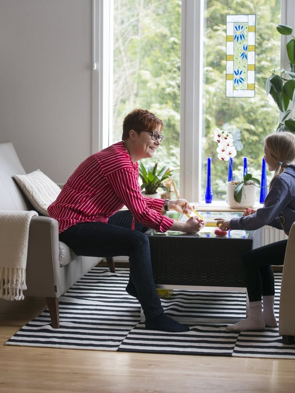 """""""Valmentaja huomaa asiat, jotka perheissä toimivat. Niitä vahvistetaan. Sitten hän auttaa perheitä tekemään pieniä korjausliikkeitä asioista, jotka eivät toimi"""", Tarja Seppälä kertoo."""