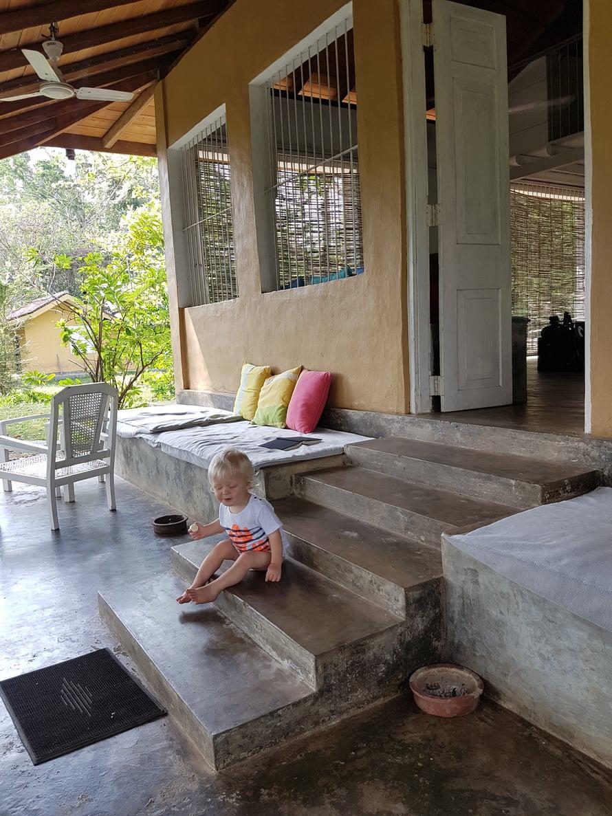 Vuokrasimme keskeltä viidakkoa talon, jossa Apa pääsi harjoittelemaan portaiden nousua ja me köllimme terassilla kirjoja lukien.