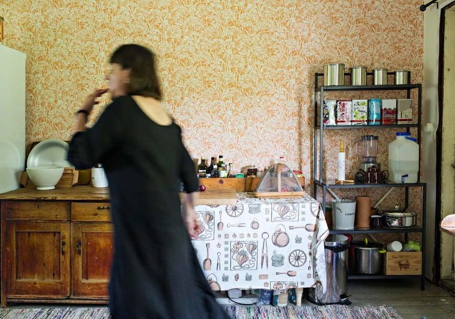 Christel ei halunnut talostaan museota. Hän valitsi keittiöön ruotsalaisen tapetin 1970-luvulta.