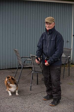 Erkki Taskulasta tuntuu hyvältä olla avuksi Reetu-koiran omistajalle.
