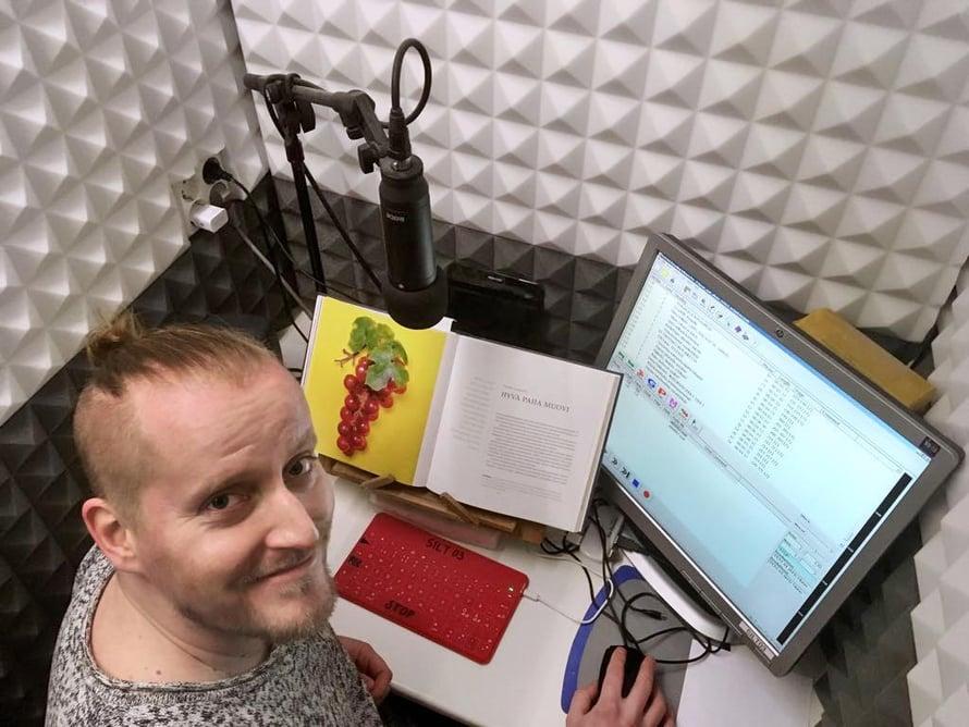 """Jos tekstissä on hymiöitä, Timo Mäkynen lukee ne näin: """"naurava hymiö"""", """"silmää iskevä hymiö""""."""