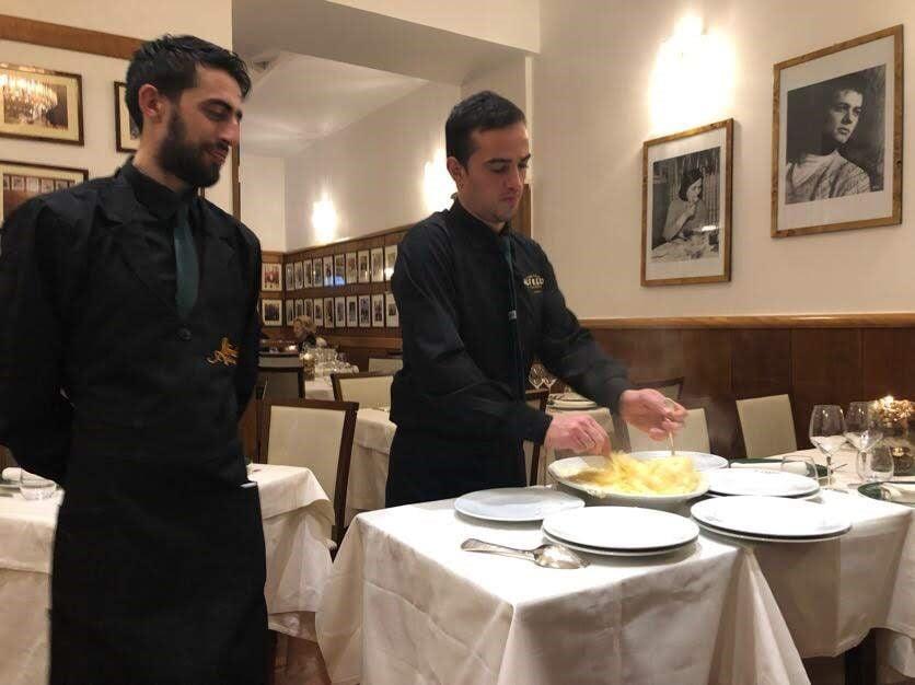 Alfredon fettucinet tuodaan yhteisessä astiassa ja sekoitetaan ja tarjoillaan vasta pöydässä.