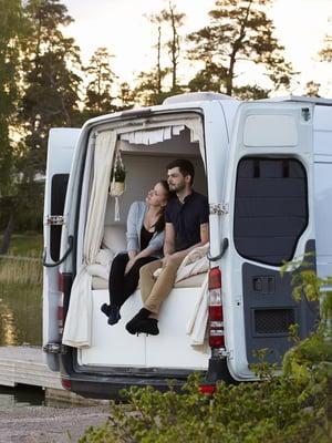 """Linnea ja Arno ovat pysäyttäneet kotinsa Espoon Nuottaniemen venesatamaan nähdäkseen ilta-auringon. Yöksi he aikovat ajaa Linnean työpaikan eli ambulanssihallin viereen. """"Välillä kodin sijainnin ratkaisee näköala, välillä lyhyt työmatka"""", Linnea sanoo."""