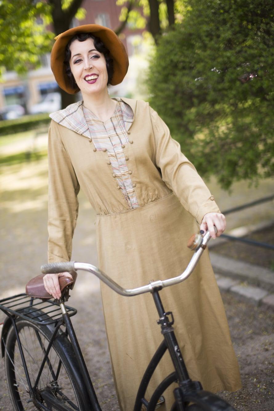 Rento ja urheilullinen vapaa-ajanasu on 1910-luvulta. Sen materiaalit ovat silkki ja villa.