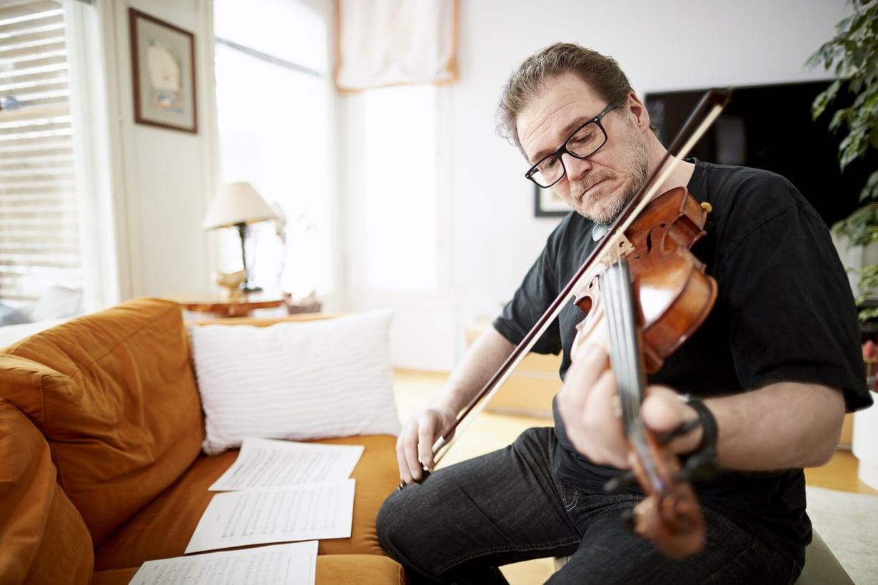"""IT-palvelutalon johtaja Juha Lakkala, 53, asuu Espoossakolmen poikansa ja kissan kanssa. Juhalle viulun soittamisessa on tärkeintä oikea tunne. """"Pelkkä mekaaninen soittaminen ei kuulosta hyvältä."""""""