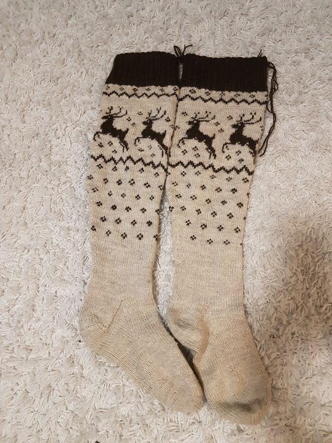 """""""Porosukat neuloin varmaan kymmenen vuotta sitten. Toisena neulomani sukan jouduin purkamaan lähes kokonaan, kun siitä tuli paljon suurempi kuin ensimmäisestä. Ei niistä silti tullut samankokoisia, mutta välttävät mökkisukkina mainiosti."""""""