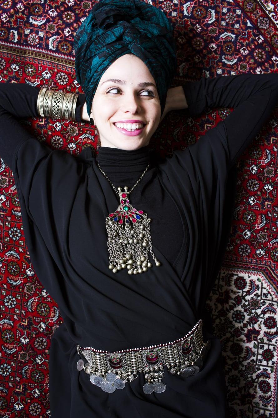 Sara Bahmanpour, 26, on luovan toimiston Qufi Creativen perustaja. Hän asuu Espoonlahdessa aviomiehensä kanssa. Sara johtaa myös Lähi-idän elokuviin keskittyvää Mefa-festivaalia. Korut hän ostaa mieluiten isänsä kotimaasta Iranista. Tämä kaulakoru on lahja anopilta.